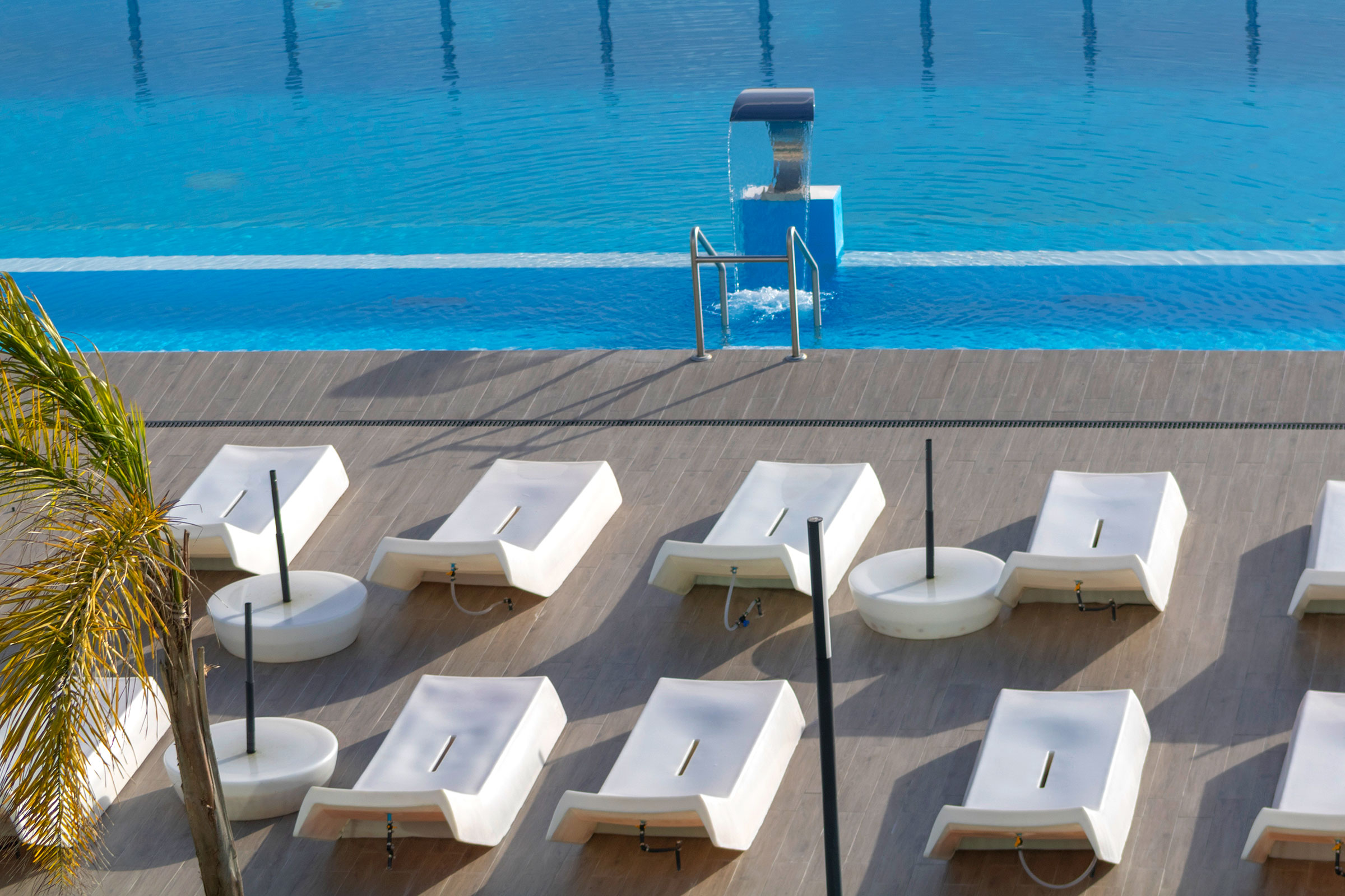 Heated outdoor pool with the help of sun loungers - Lisotel Hotel & Spa