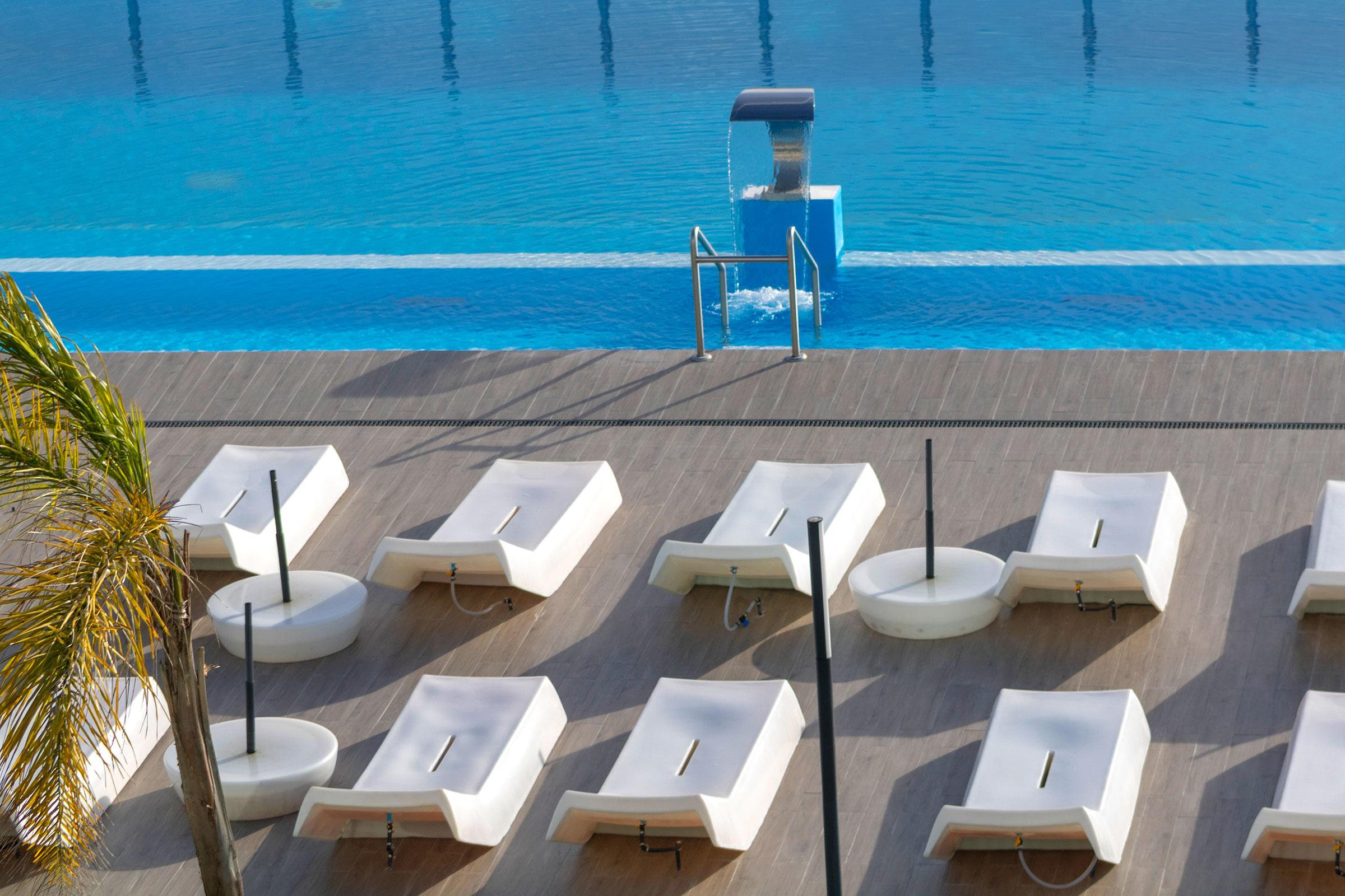 Piscina exterior aquecida com a ajuda das espreguiçadeiras - Lisotel Hotel & Spa