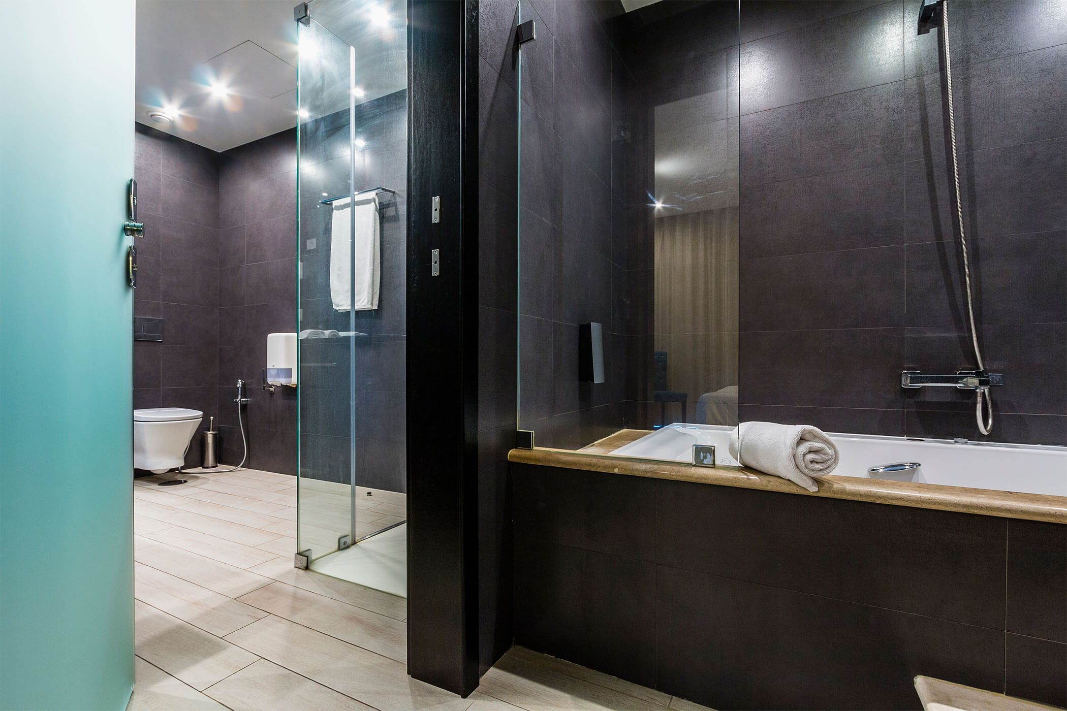 Rio Lis Suite, private bathroom with shower and hydromassage bathtub - Lisotel Hotel & Spa, Leiria