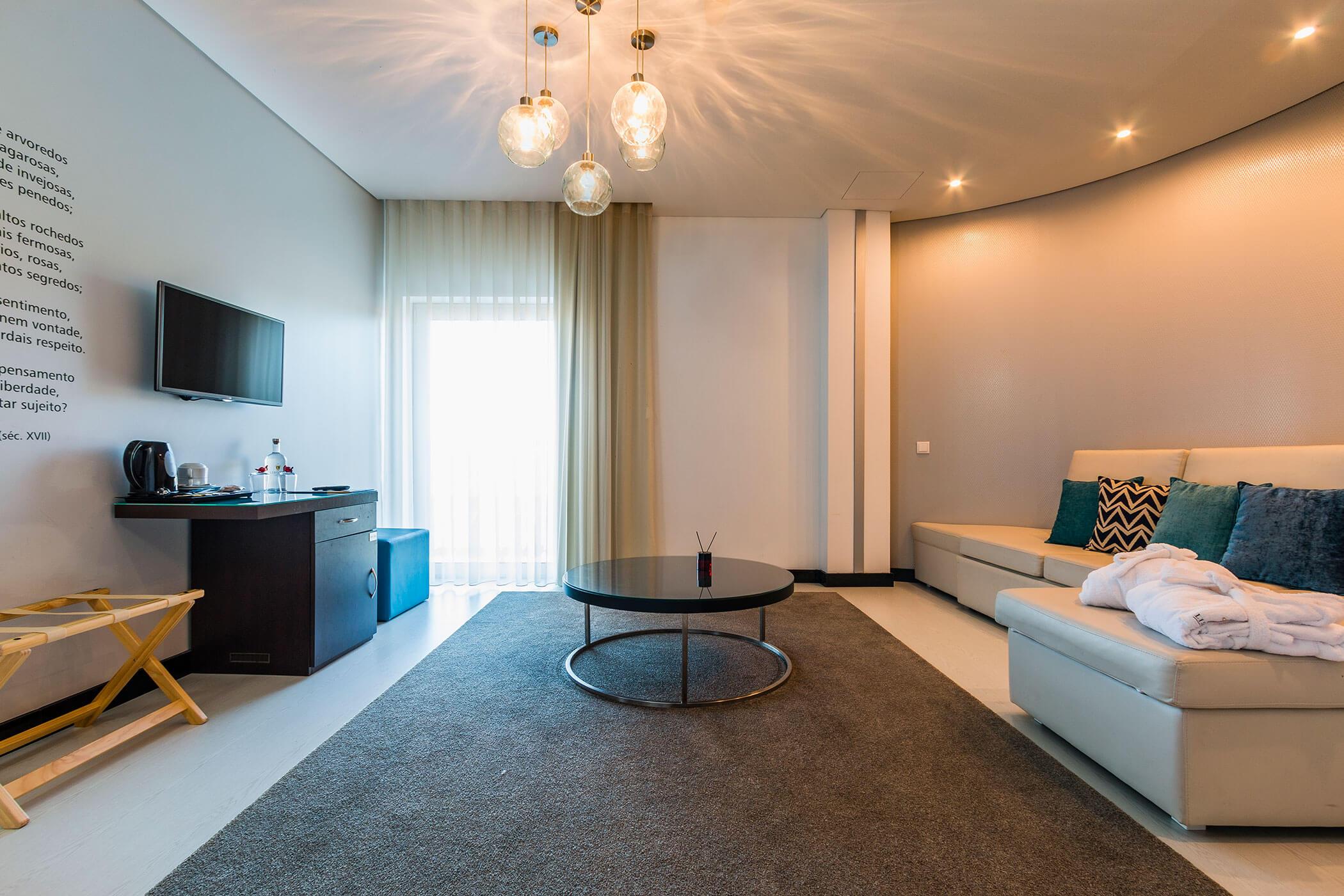 Suite Rio Lis, sala de estar espaçosa com sofas e televisão - Lisotel Hotel & Spa, Leiria